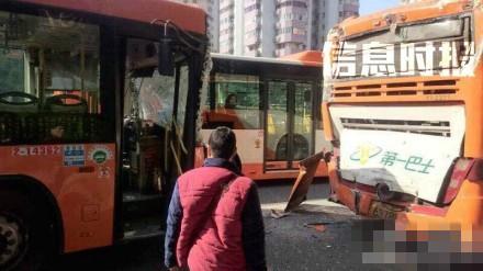 广州发生公交车追尾事故 已致10人受伤