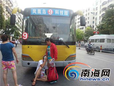 昨天一男子在三亚市乘公交与司机发生口角 头部受伤