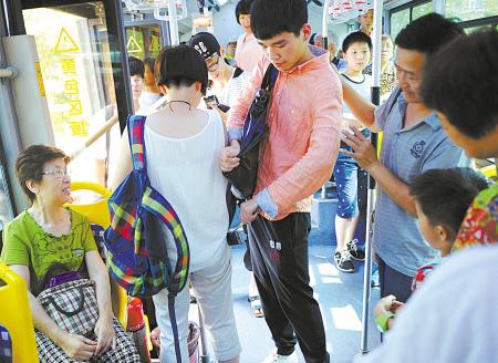 """昨天宁波公交车上上演学""""反扒"""""""