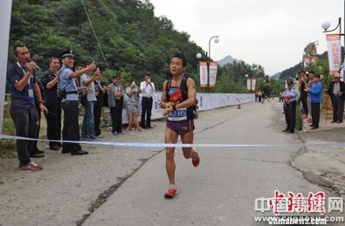 第四届五岳寨国际越野挑战赛在河北灵寿举行 游培泉、郝双燕分获男女冠军